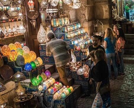 夜色下的开罗老市场