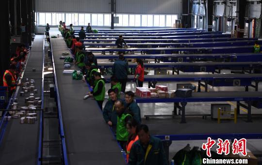 """安徽邮政快递严阵以待 智能""""小黄人""""参战双十一"""