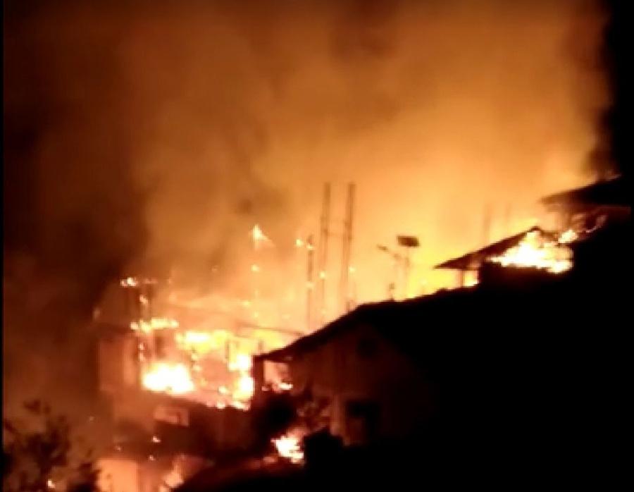 焦点图:龙胜一民房失火 4栋民房被烧毁