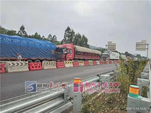 桂柳高速雒容收费站附近两辆大货车追尾