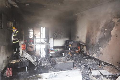 南宁一小区居民房失火  屋内家具设施全部被焚毁