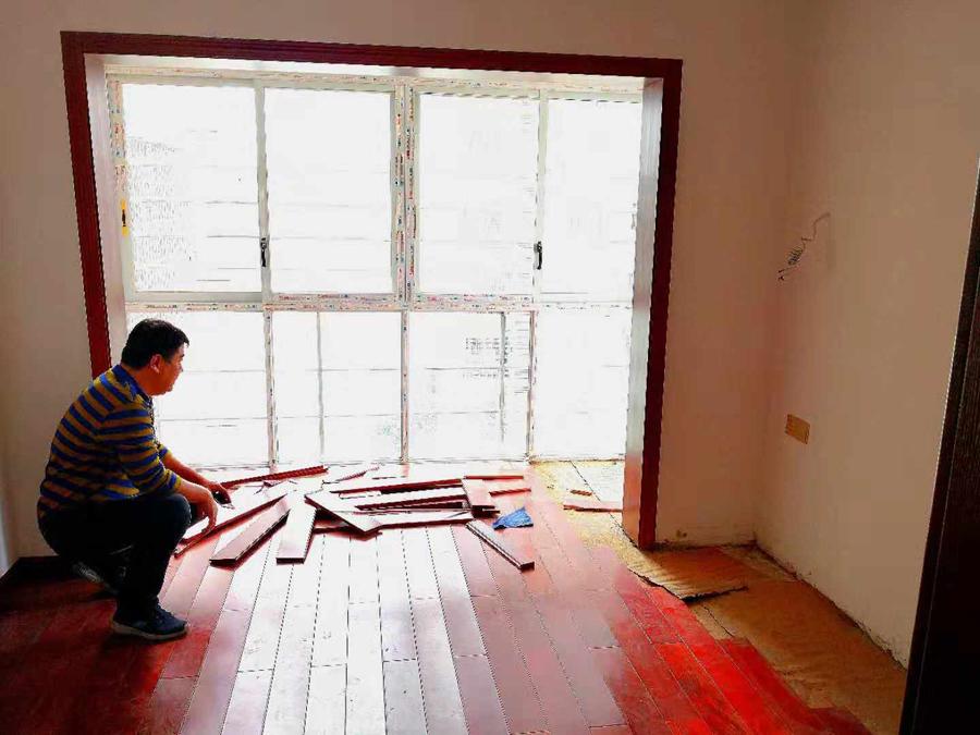 """新买木地板铺好不到一个月就变形 商家拒绝""""三包"""""""