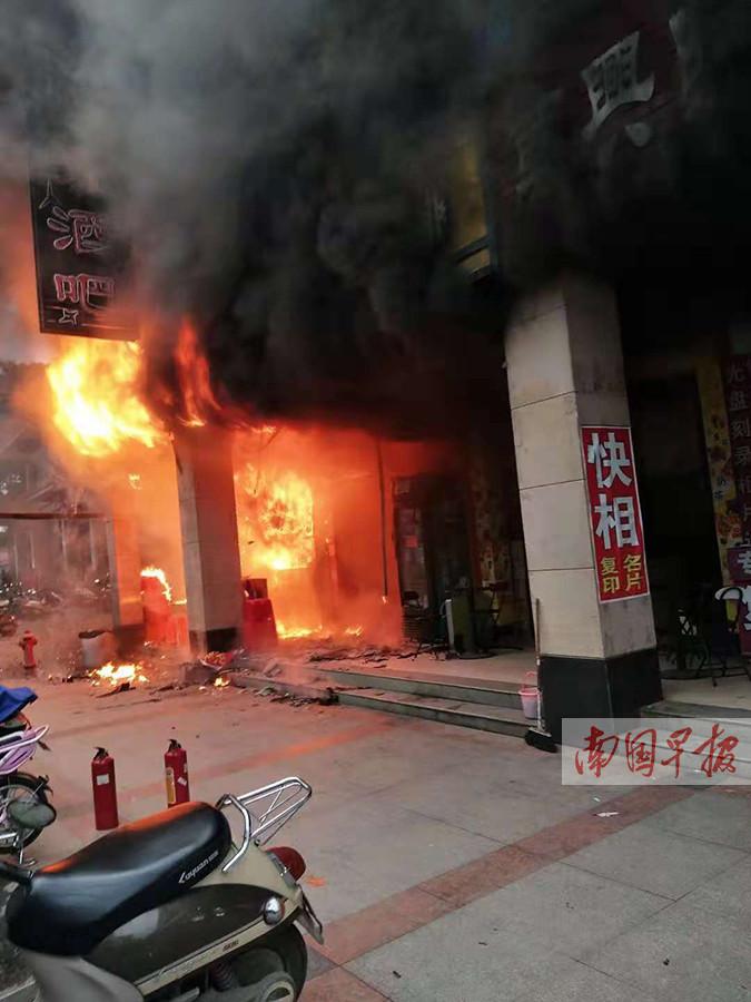 灵山一饮料店突发大火 周围店铺纷纷关门撤离(图)