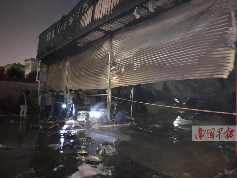 南宁一汽修店起火 三辆车被烧得只剩下骨架(图)