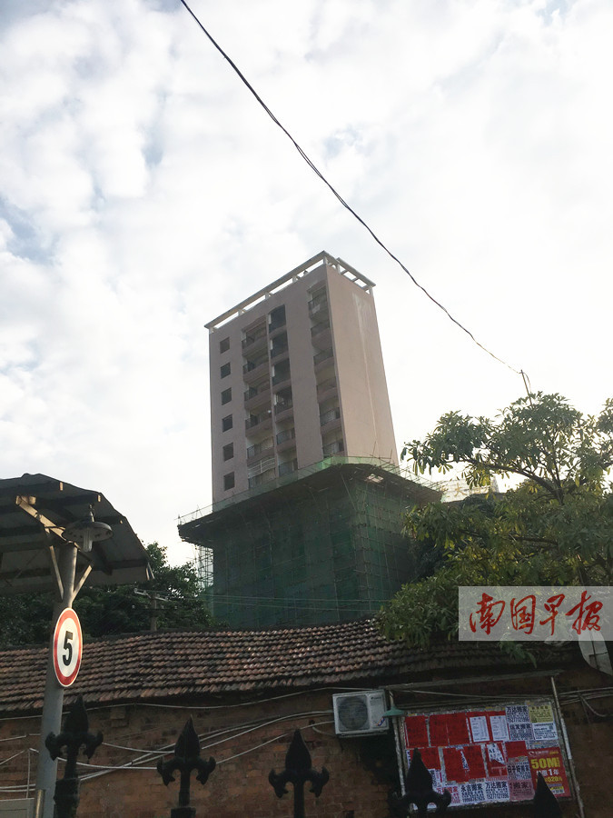 """城中村里自建""""楼王""""?南宁一13层高违建被降层拆除"""