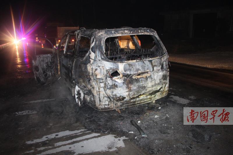 浦北县一摩托车与面包车相撞 两车起火烧成废铁