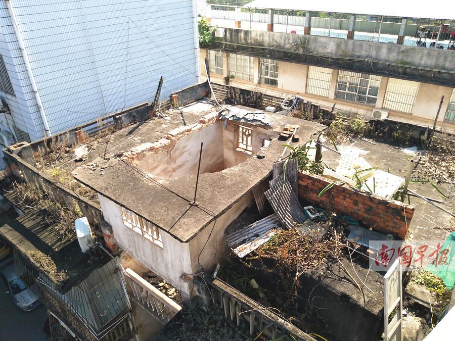 吓人!楼顶突然坍塌!事发南宁市一单位旧宿舍楼