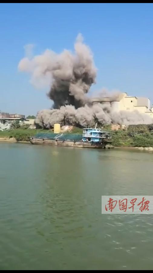 那阳大桥附近腾起浓烟 官方:系罐体粉尘泄漏
