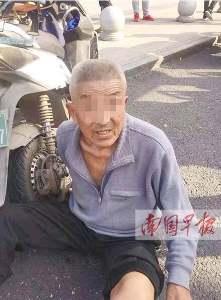 """南宁一八旬老人爬行走失 民警""""刷脸""""找到家属(图)"""