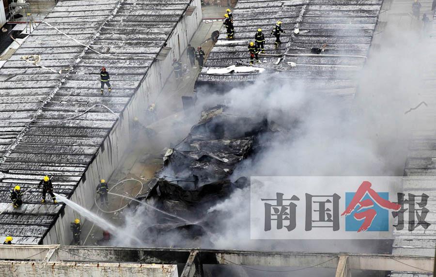 柳州飞鹅商城3号楼楼顶突发大火 消防一小时灭火