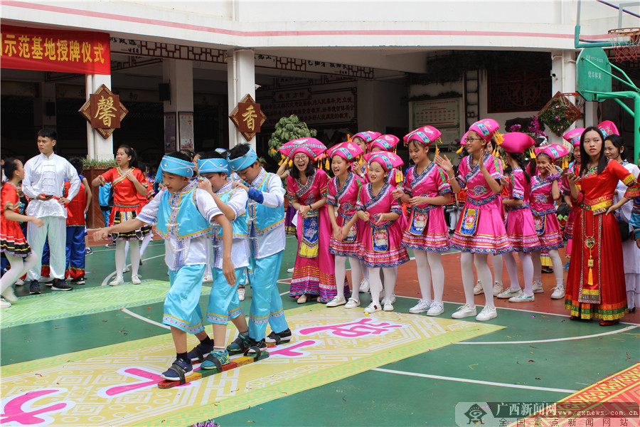 秀厢小学举行民族文化进校园示范基地授牌仪式