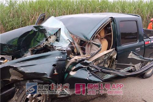 柳州一皮卡撞上农用车   皮卡车车头严重变形