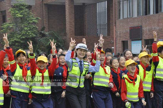 钦州:学生参与趣味活动学习交通安全知识(图)