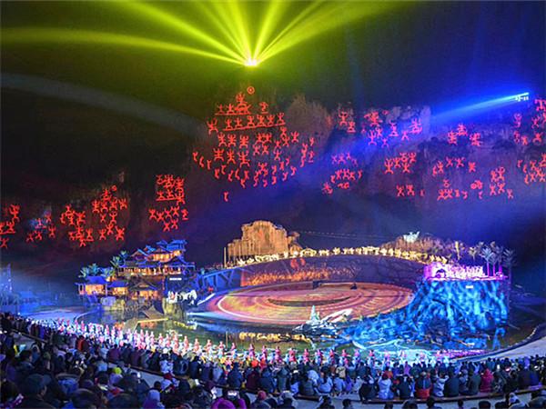 12月17日焦点图:大型壮族神话实景剧《花山》试演