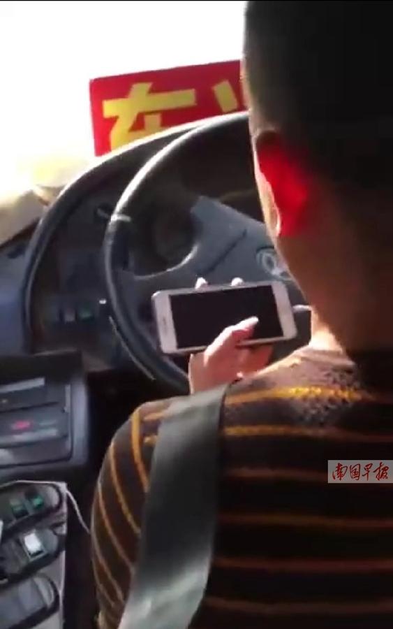 东兴大巴司机开车玩手机 被交警处罚,还丢了工作