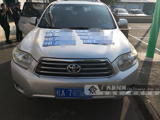 为躲避电警 男子悬挂假车牌上高速被民警查获(图)