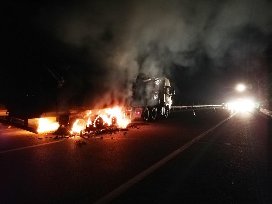 高清:南友高速一满载生蚝的大货车凌晨突然起火