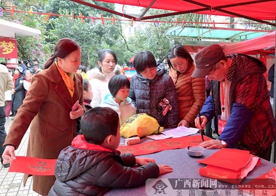 广西文艺志愿服务小分队走进南宁新竹社区