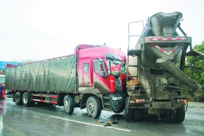 一辆货车和一辆水泥搅拌车撞在一起  司机被困车内