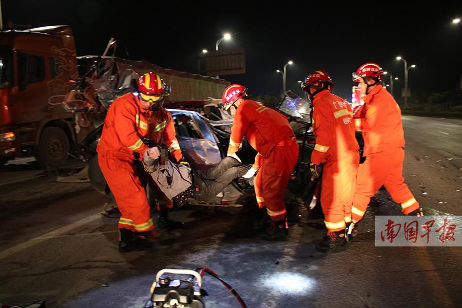 桂林发生一小车与大货车碰撞事故  两人死亡一人受伤