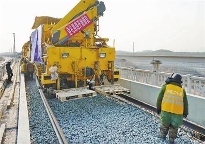北京冬奥会配套工程崇礼铁路开始铺轨作业