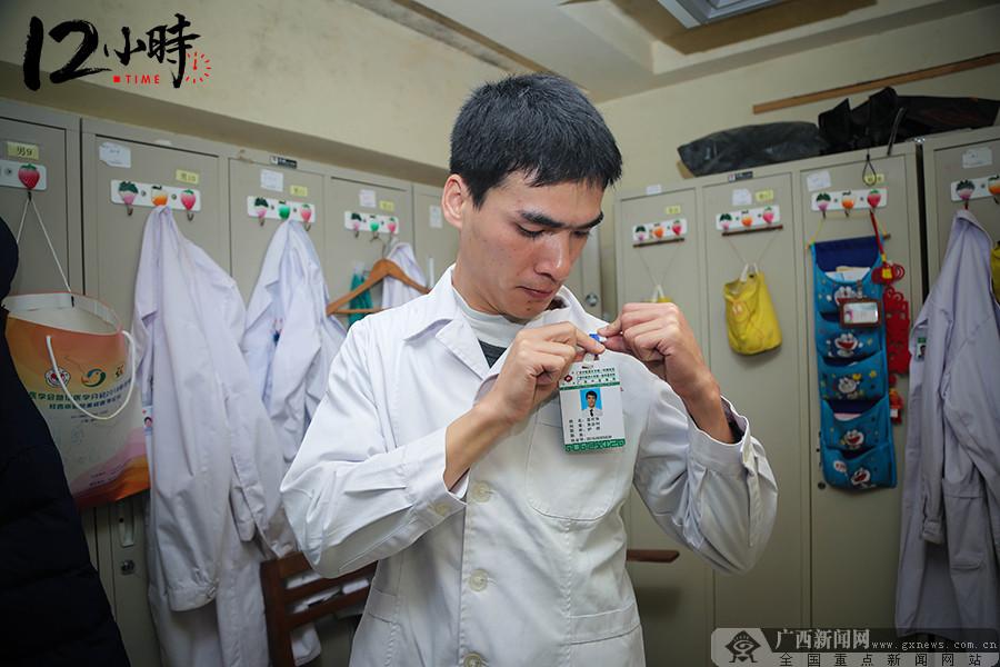 """【12小时】""""90后""""男护士刚强又细腻 护理工作不输""""巾帼"""""""