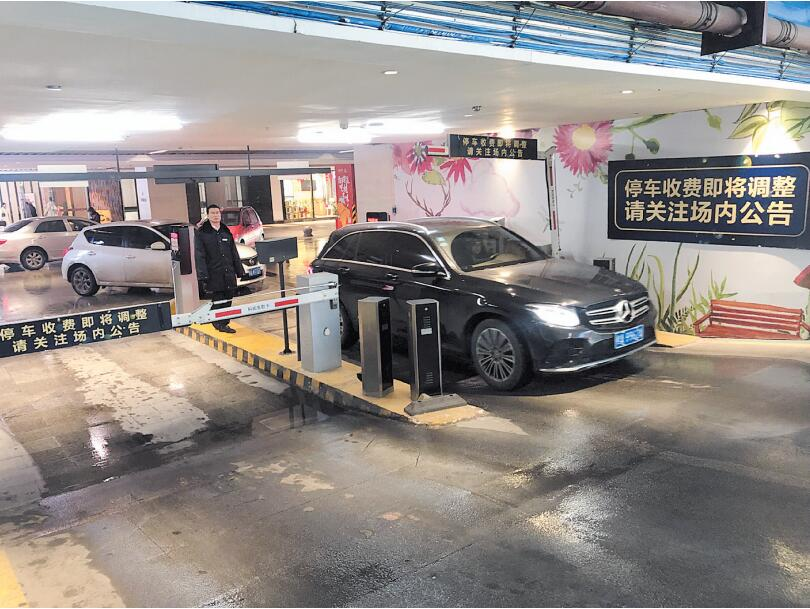 南宁几大购物中心停车费接连涨价 市民:太贵了