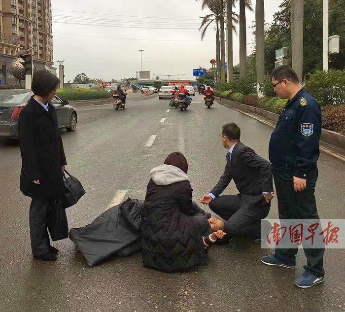 老人被摩托车撞倒昏迷 防城港一银行员工上前施救
