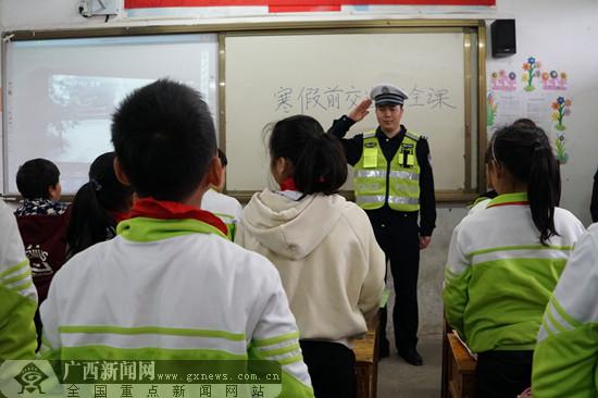 用身边事故案例说话 上好寒假前交通安全教育课