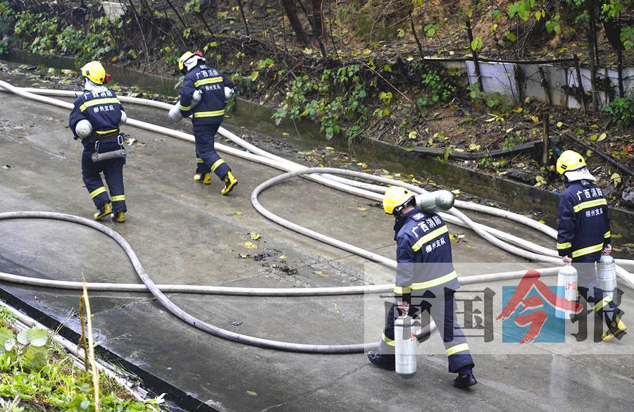 柳州一违建仓库大火烧了5个小时 城管曾责令拆除
