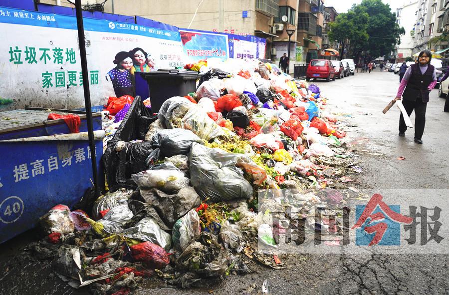 柳州一宿舍区垃圾成山无人管? 涉及近百栋居民楼