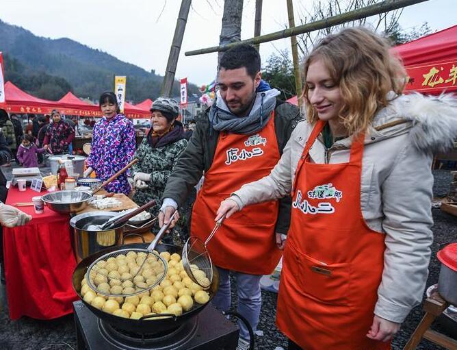 山乡年货赶大集 传统美食迎新春
