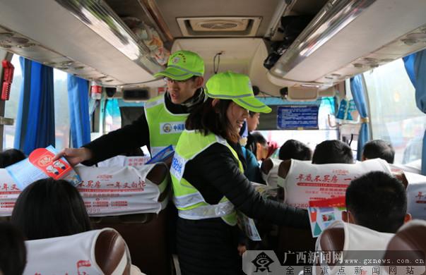 防城港:春运首日支队长发起文明交通倡议
