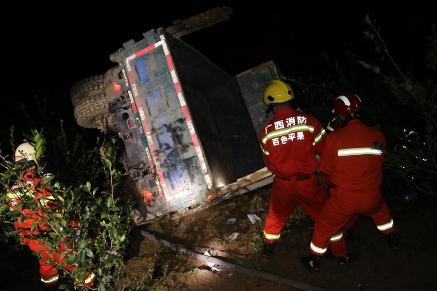 平果县一农用车翻下50米深沟 事故造成一死一伤