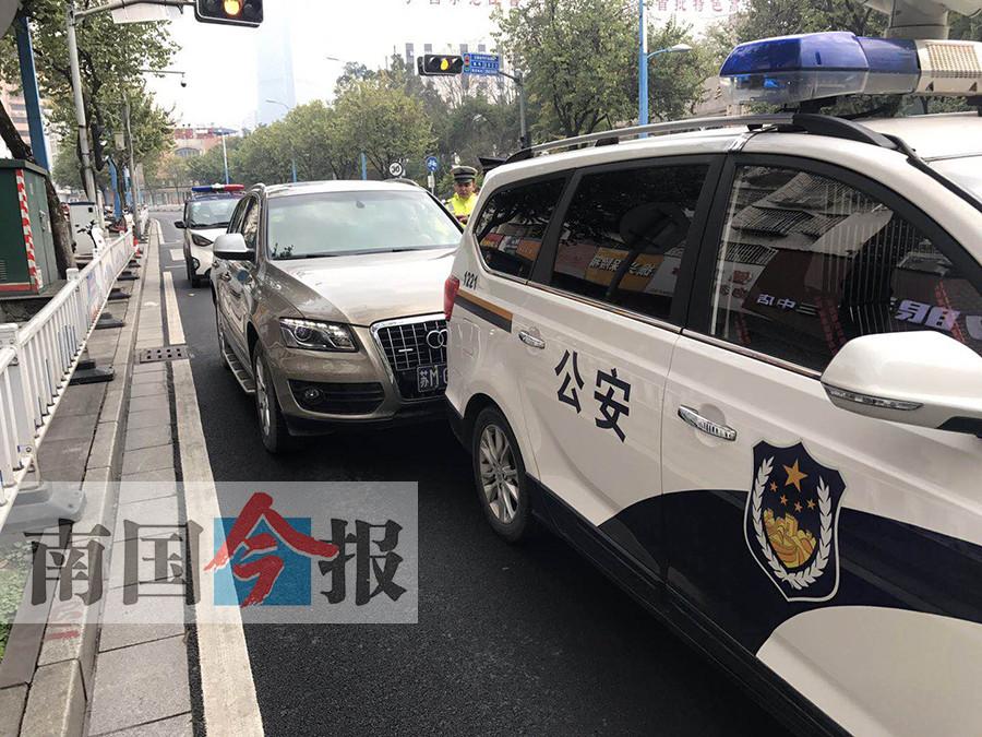 奥迪趴窝斑马线突然启动撞警车   司机被交警带走