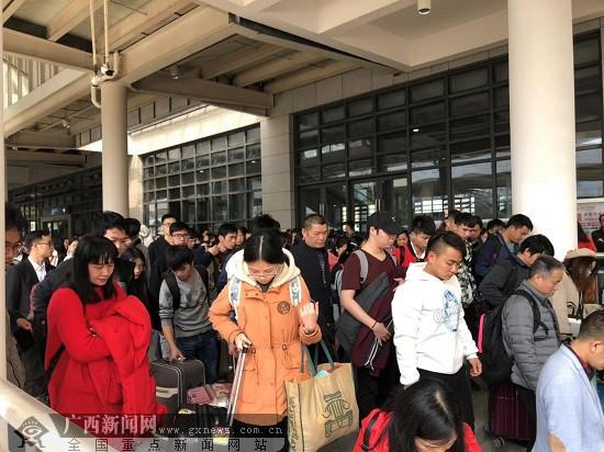 玉林:火车站可直接刷身份证进出站