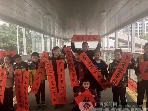 南宁:小学生天桥摆摊写春联为市民送祝福