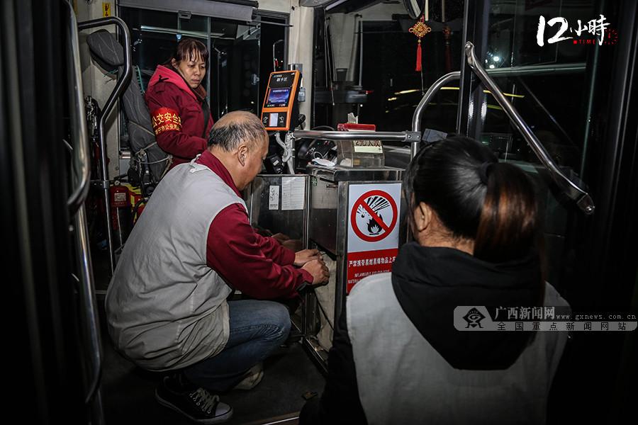 【12小时】南宁这位女司机不简单!开公交车23年还会写议案……揭秘人大代表黄玲的一天