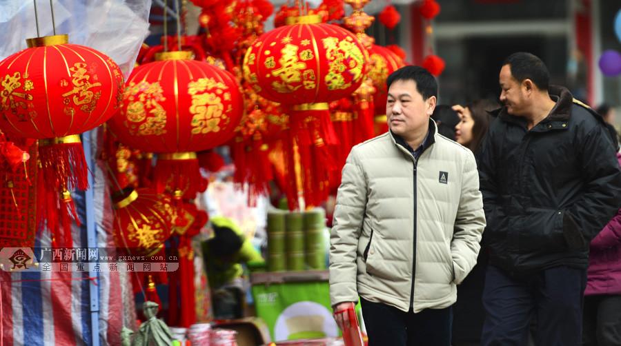 临近春节龙胜群众购置春节饰品迎新年(组图)