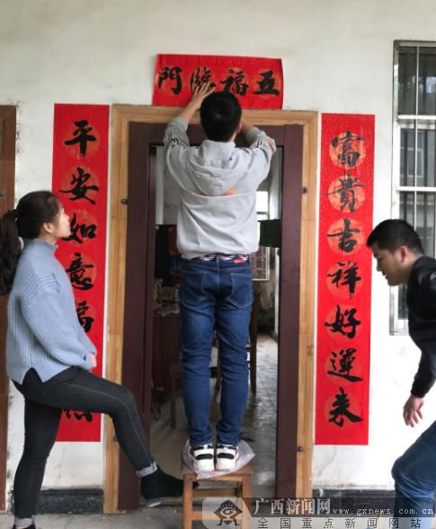 港口区:志愿者为敬老院进行节前大扫除