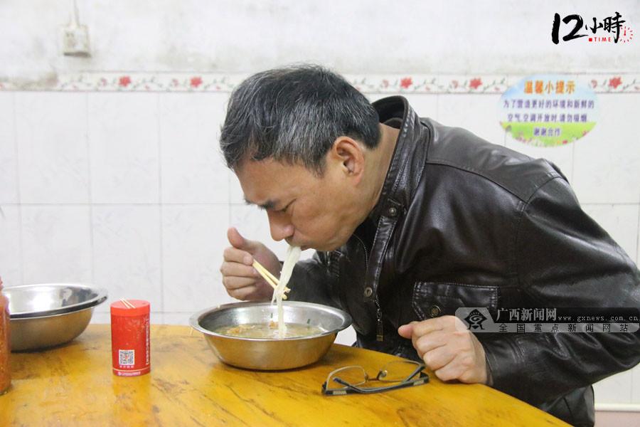 """【12小时】他手机""""四不离"""" 跋山涉水处置突发事件"""