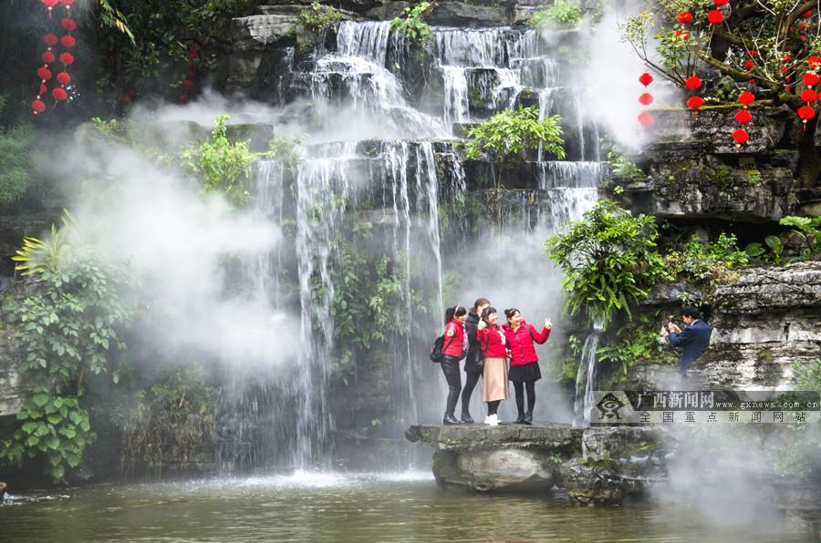 柳州柳侯公园人工瀑布设置冷雾系统 吸引众多游客