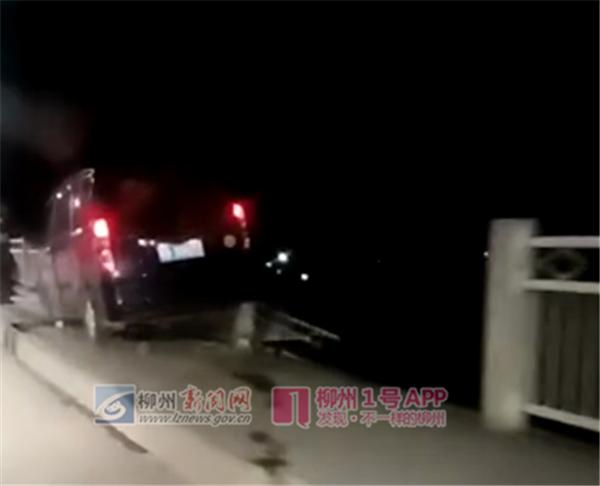 一五菱车冲上柳城大桥人行道并撞断护栏 后轮悬空