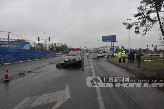 """女司机""""漂移""""过弯车辆失控连撞2车 致2人受伤(图)"""