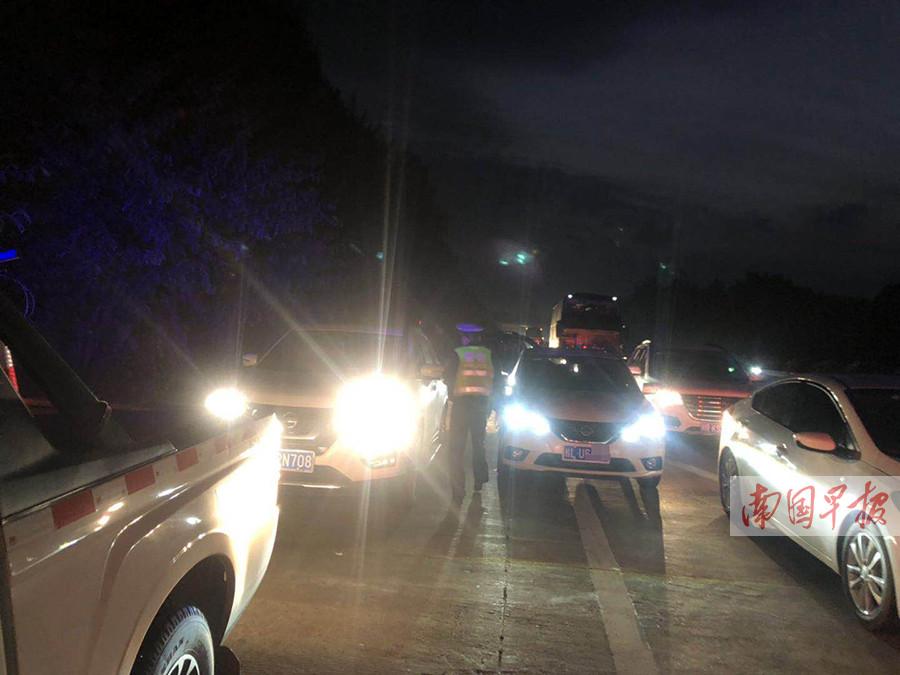 病重男子被堵高速路 玉林交警护送通过应急车道