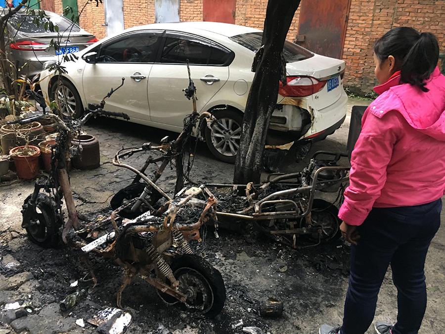 三辆电动车莫名起大火 一旁小轿车被烧穿车尾(图)