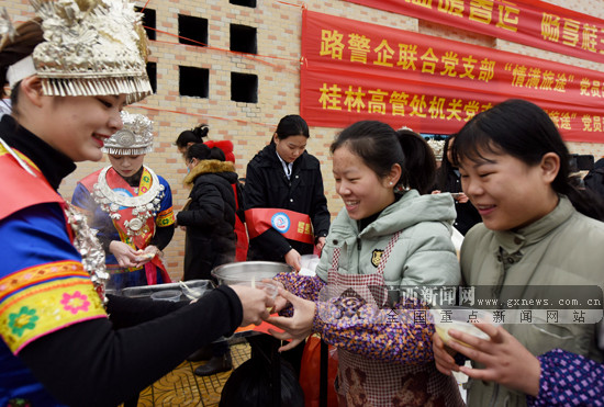 三江志愿者为旅客送汤圆递姜汤欢度元宵佳节(图)