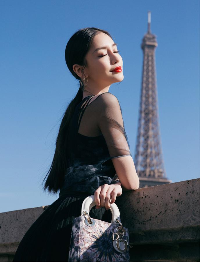 Angelababy巴黎街头恣意美丽 印花纱裙轻盈浪漫