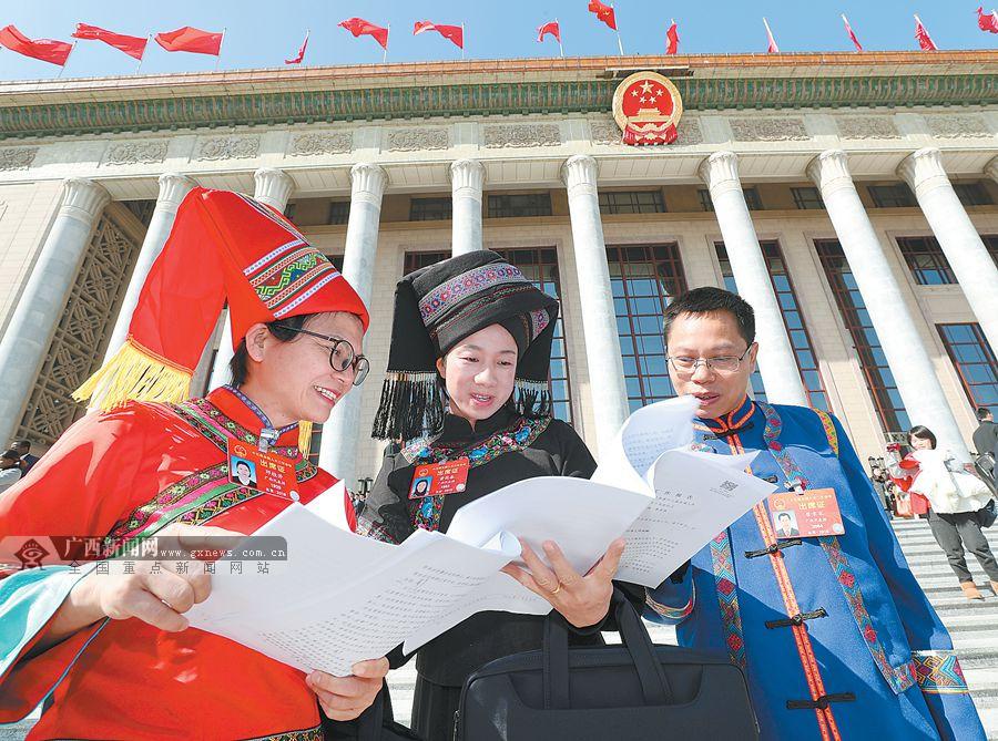 两会瞬间:广西少数民族代表的最炫民族风