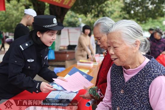 """容县民警参加""""三八""""妇女维权周活动"""